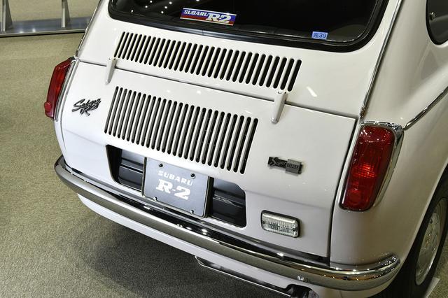 画像: リアエンジンフードには放熱用のスリットが多数。