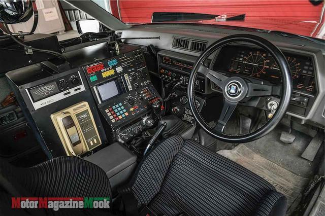 画像: コクピットはマシンRSを引き継ぐ形で、助手席を外しコンピューターや特殊無線機を配置する。サーチライトやビデオカメラの搭載など、全体のイメージはマシンXの後継車的な印象だ。