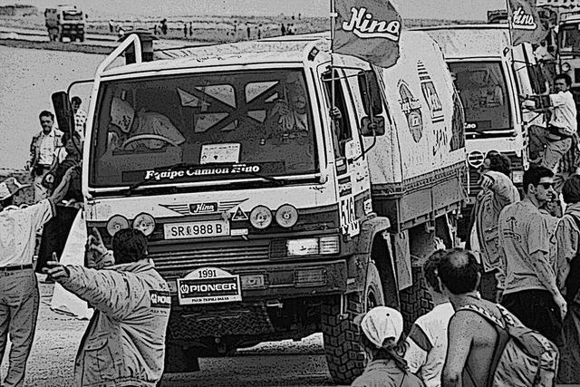 画像: 1991年、パリ〜トリポリ〜ダカールに初参加。ラリーのノウハウなど皆無な中、4台中3台の完走を果たした。ベースはレンジャーの四駆(消防車用)FT3Hに幌ボディを架装し「リトルモンスター」と呼ばれた。