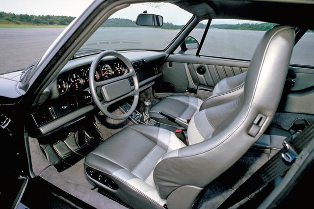 画像: インテリアは基本的にタイプ930の911と大きく変わらない。シートはポルシェ伝統のヘッドレスト一体型。