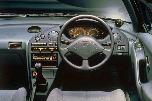 画像: 外から丸見えになるからか、インテリアも近未来的なデザインだった。