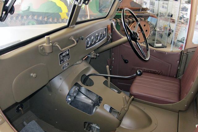 画像: シフトノブの右に2WD-4WDを切り替えるトランスファーが備わる。