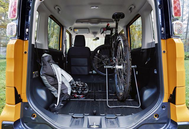 画像: 防汚タイプのラゲッジフロアやシートバック背面のおかげで、汚れたままのギアでも気にせず積める。