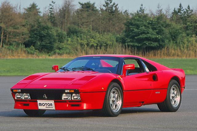 画像: 他の量産フェラーリ同様、デザインはピニンファリーナ。ステーの長いドアミラーや張り出したフェンダーが特徴的。