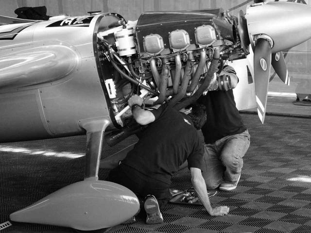 画像: エンジンは「厳正に同一仕様」の、ライカミング・サンダーボルト AEIO-540-EXP。空冷水平対向6気筒 OHV/12バルブ。排気量は約8.9L。燃料噴射式。100オクタン価低鉛航空ガソリンで、出力は300hp/2700rpm 。レース時出力は多少異なる。
