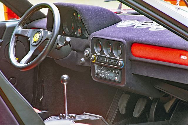 画像: ベースとなった308や328とインテリアの雰囲気は似ているが、よりスパルタン。キーホール下にスターターボタンが備わる。
