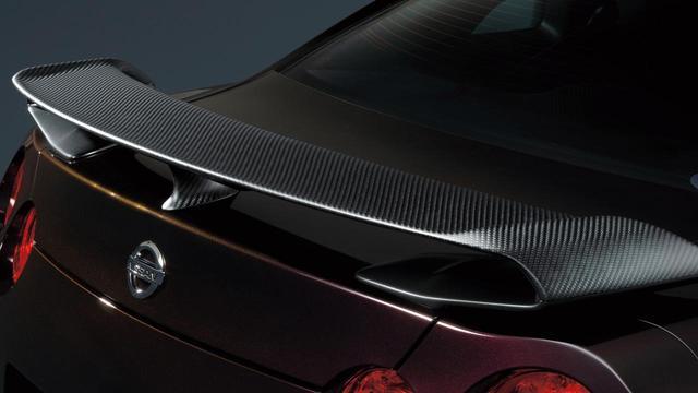 画像: GT-R 大坂なおみ選手 日産ブランドアンバサダー就任記念モデルは、ドライカーボン製リヤスポイラーを装着。