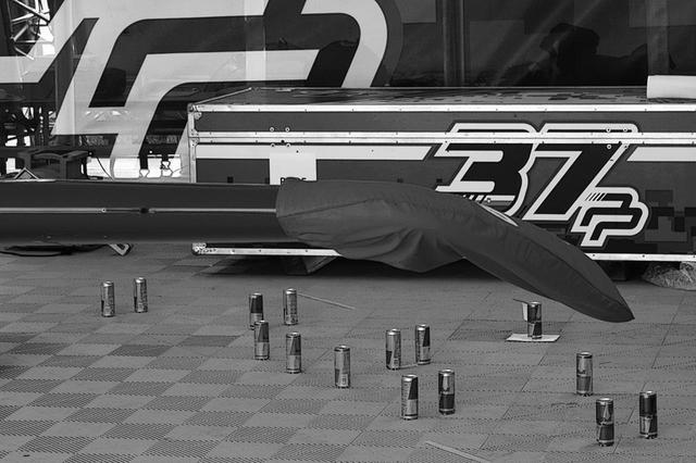 画像: ハイテクメカのカギといえる、ウィングレット(翼端板)。翼端流の研究は近年の旅客機でも盛んで、まだ未知数。P.ポドランセック機の画期的(?)特徴は下向きのウイングレット。これが最高とのメカニックの発想だそうだ。ちなみに床に置いてある空缶は、千葉コースのパイロン配置。