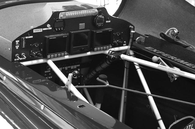 画像: フルデジタルディスプレイの2017年型レース機。計器も厳正に規定どおりなければならない。ただしディスプレイの配置と大きさは、パイロットの好みだそうだ。整備中に不要に操縦桿が動かないよう、ロープで固定している。エッジ540が鋼管フレーム+カーボン張りであることがわかる画像でもある。