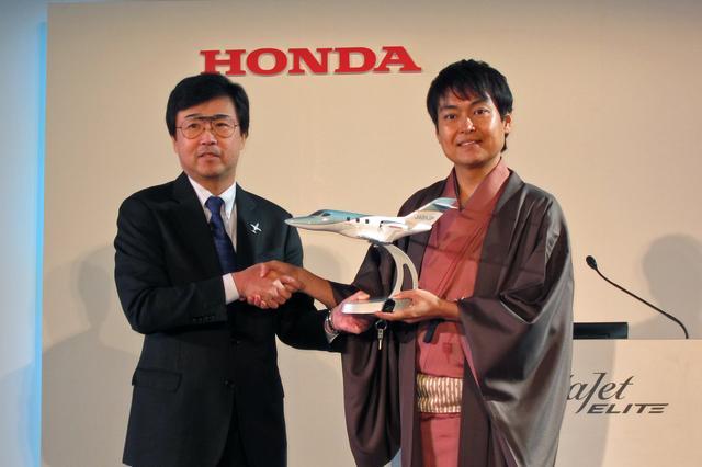 画像: 千葉氏(右)に記念の模型と実機のキーが手渡された。