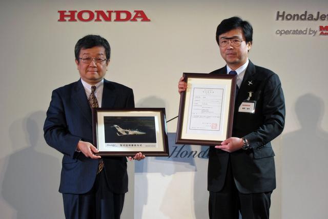 画像: 国土交通省の蝦名航空局長(左)とHACIの藤野社長。