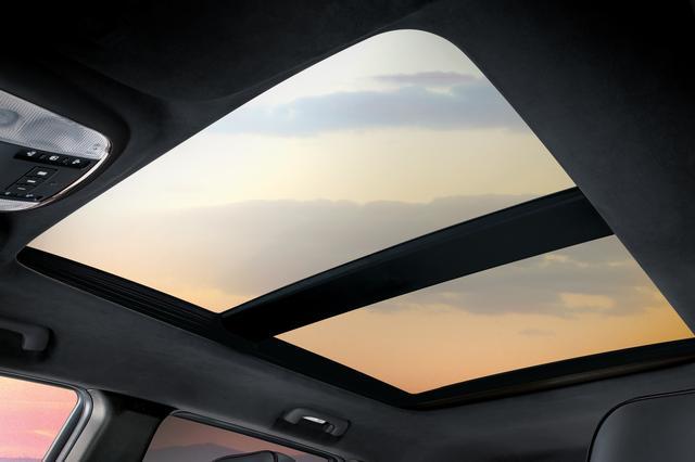 画像: 限定車「グランドチェロキーSモデル」にはデュアルペインパノラミックサンルーフが特別装備されている。