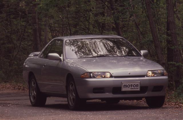 画像: 歴代スカイラインの中で突出した人気を誇ったR32型。5月にセダンとクーペがデビューした後、8月には16年振りにGT-R(BNR32)が登場して大きな注目を集めた。