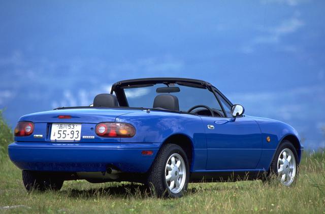画像: 初代ロードスター(NA)はマツダ5チャンネル体制のユーノス店からの5月にデビュー。翌年にはスポーツカーとしては異例の世界販売台数、9万4000台を記録する大ヒットとなった。