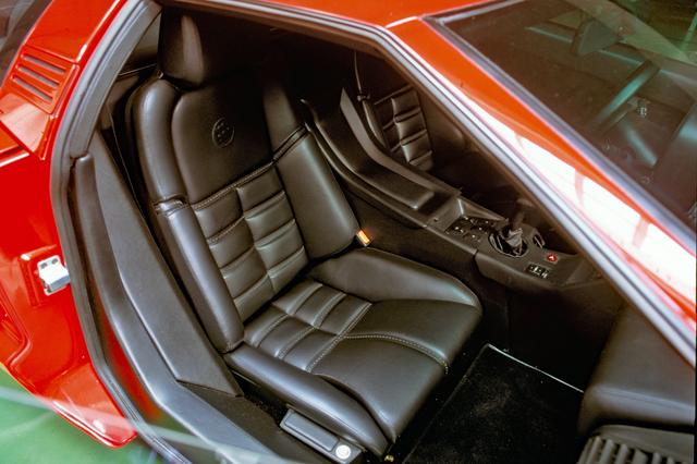 画像: シートや内装は本革。エアコン吹き出し口やスイッチ類はフィアット/ランチア系のパーツが流用されていた。