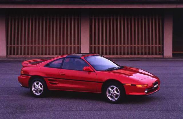 画像: トヨタは最高級セダンのセルシオを投入する一方、スポーツカーにも力を入れていた。この年にデビューしたのはひとまわり大きくなったMR2の2代目(SW20)だ。