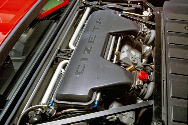 画像: ミッドに横置きされた6LのV16エンジンは、CIZETAと刻まれたチャンバーなどでほとんど見えない。