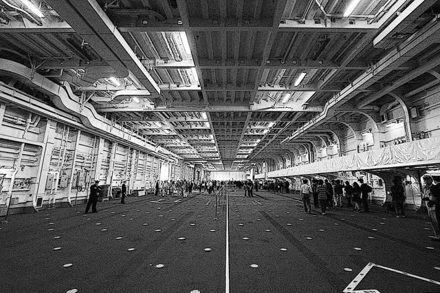 画像: 護衛艦かがの広大なハンガー/格納庫。飛行甲板下から三層ブチ抜き。空母 加賀では考えれれなかった巨大空間は、この下層に収まるコンパクトで高出力なガスタービンエンジンのお陰だ。
