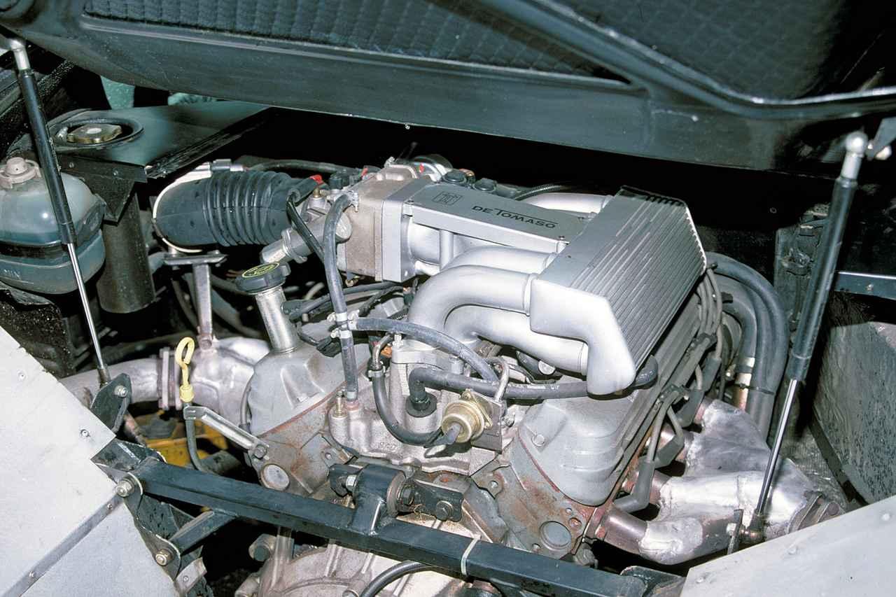 画像: フォード製の4.9L V8エンジンはOHVながら305psと46.0kgmを発生する。ミッションはZF製。