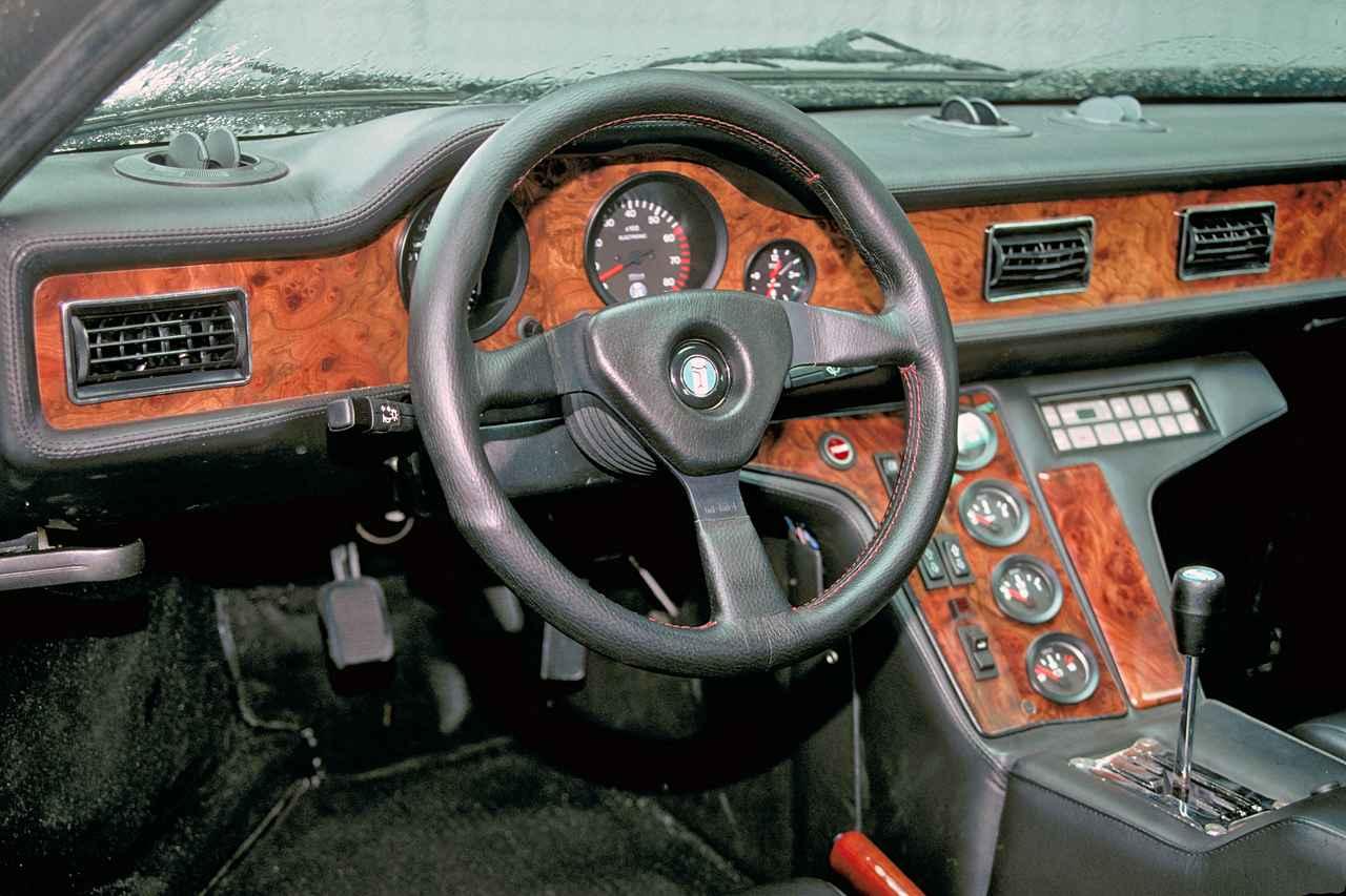 画像: インパネにはウオールナットのウッドパネルが多用され、スーパーカーとしてはかなり豪華な雰囲気に。