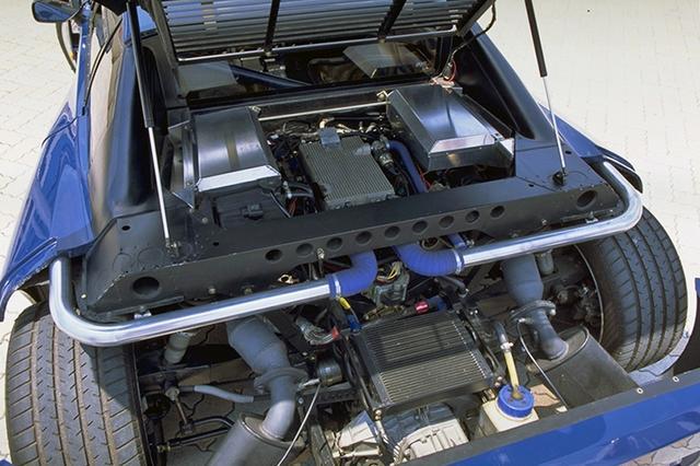 画像: リアセクションはガバリと開く。3LのV8DOHCツインターボの上にはインタークーラーが備わっている。