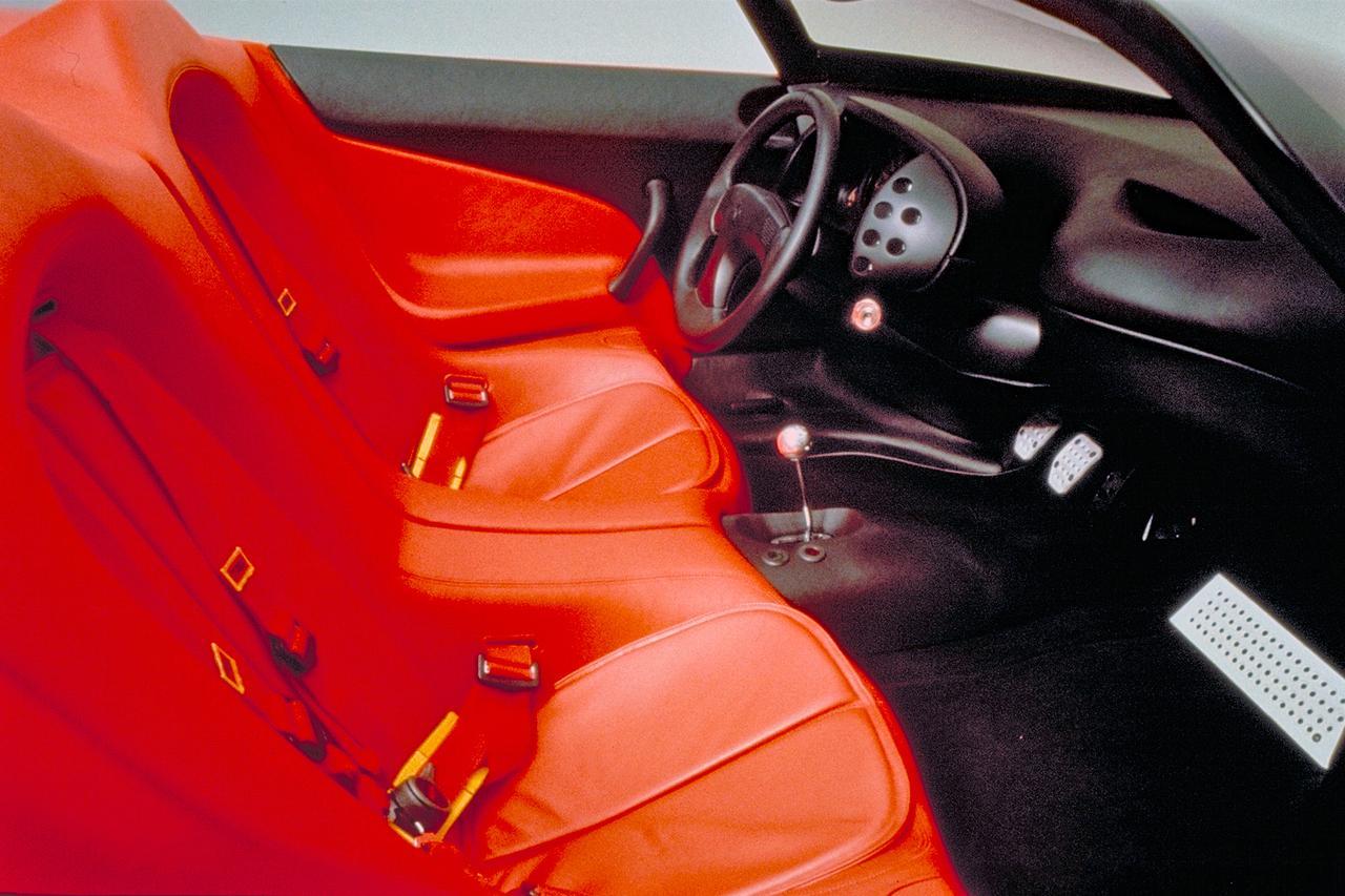 画像: インテリアはテスタロッサとはまったく異なる。左右一体風のバケットシートにサベルトの4点式シートベルトが備わる。