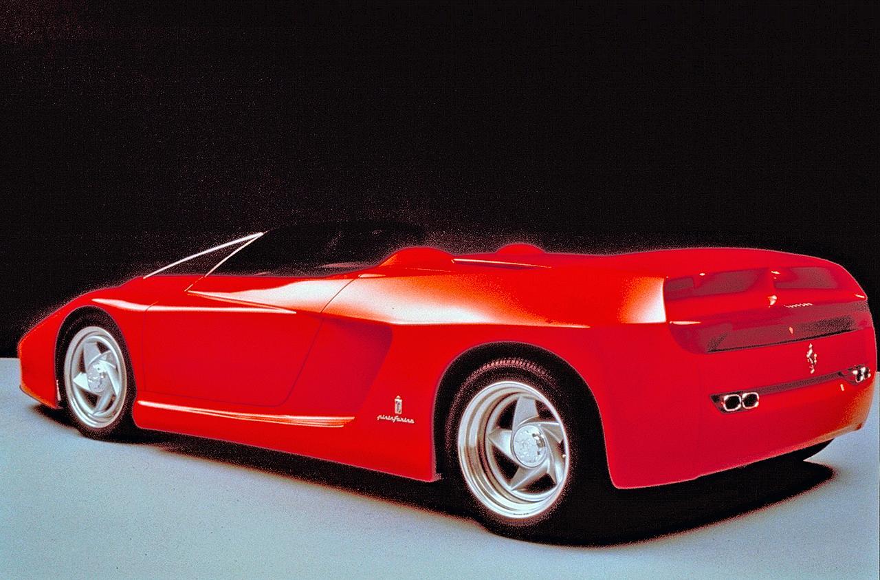画像: グラマラスなリアビュー。リアウイングは車速が100km/h以上になると30cmライズアップする。
