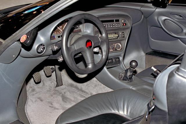 画像: メーターパネルやスイッチ類は当時のBMW 850iからの流用が多い。シートは上質な本革製。