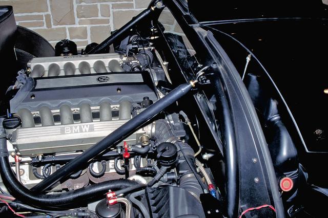 画像: BMW850iなどに搭載されていた5LのV12SOHCをミッドシップ搭載。
