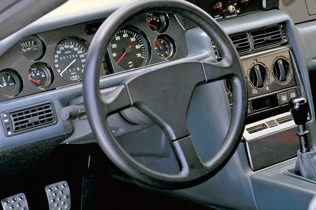 画像: インテリアは外観に比べておとなしい。スイッチ類はルノー車などのパーツを流用している。