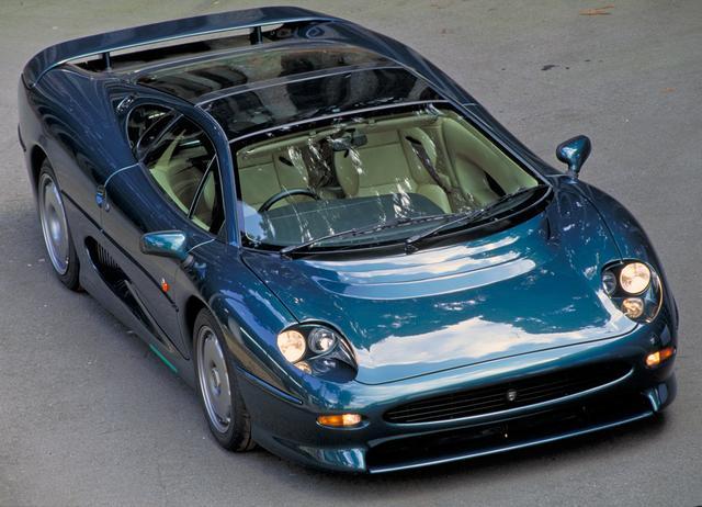 画像: スーパーカーとしてはサイズは巨大! ヘッドライトをONにすると、カバーが素早く下がってライトが現れる。