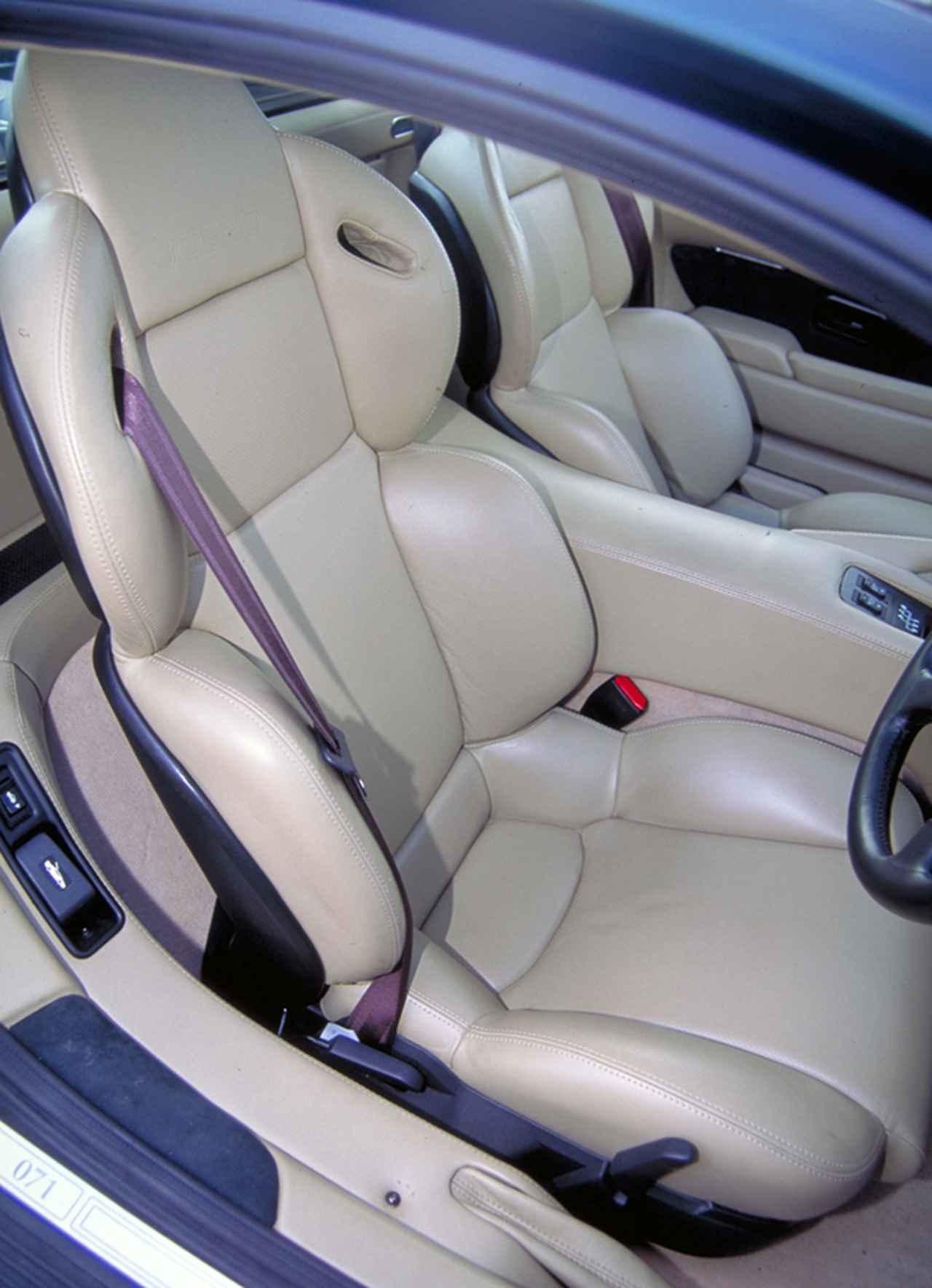 画像: コノリーレザー製のシートは4点式シートベルトも装着可能なもの。
