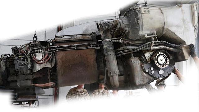 画像: 取り外されたハネウェル AGT1500・パワーパック。左端のエアインテークが切れているが、前半分(左側)がガスタービン主機。後半分は変速機ユニットと大きな排熱ユニットが占める。円形の駆動軸が見えている。