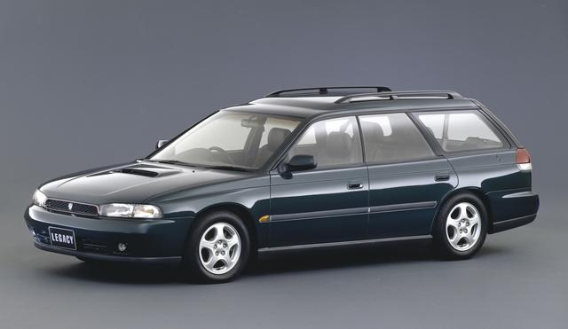 画像: ライバルが次々と3ナンバーサイズ化する中で、5ナンバー枠を守ったのが2代目レガシィだ。セダンとツーリングワゴンがあり、平成7年にはアメリカ向けにアウトバックが誕生、日本でもグランドワゴンとして発売された。