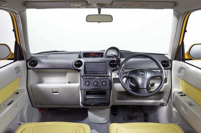 画像: インパネの基本デザインはベース車と変わらないが、カラフルな内装色を採用した。