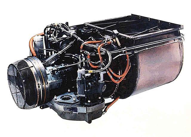 画像: 前部のガスタービン主機は、かなり小型軽量。左が前で、吸気系タービン・燃焼ブロックとメインタービン。写真右側の茶色い大きな筒が高圧排気ガスの熱交換機になっている。吸気・圧縮・燃焼・排気がブロック毎に分割される。
