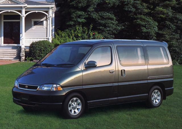 画像: 3ナンバーサイズの大型ミニバンで、とにかく広いキャビンスペースがアピールポイントだった。3列シートで乗車定員は7-8名。エンジンはガソリン2種とディーゼル1種で、FRと4WDが用意されていた。