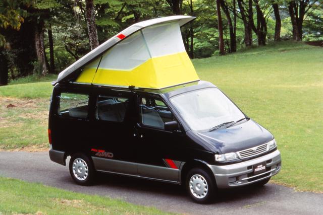 """画像: アウトドアブームの真っ最中にデビューしたのがボンゴフレンディで、""""オートフリートップ""""と呼ばれるルーフ上の""""テント""""は大いに注目された。同仕様車は全高が2mを超えるため3ナンバーだった。"""