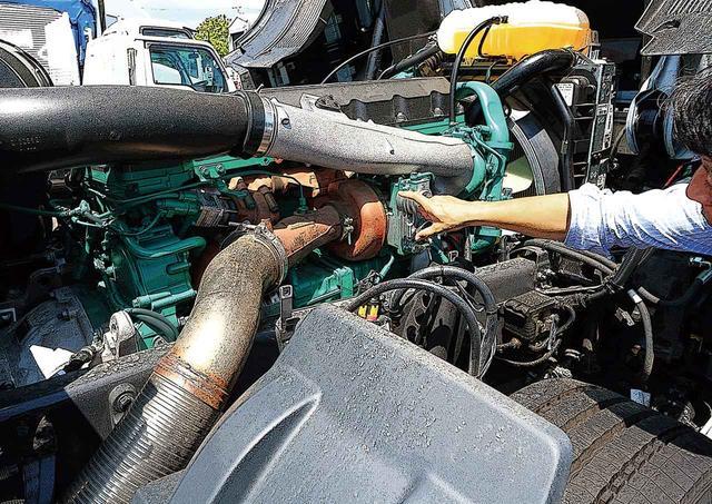 画像: キャブの直下に収まる、緑色の12.7L 直6ディーゼルエンジンと排気タービン。最近のエンジンにしては補器が少なくシンプル。出力よりも、強力でフラットなトルク特性が特徴。