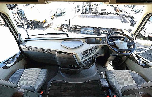 画像: 中型トラックを見下ろす視界は、2階建バスの上階に運転席があるようだ。特筆すべきは、国産車にはないフラットフロア。運転席から助手席にウオークスルーできる。ステアリングとシートのクリアランスも十分だ。