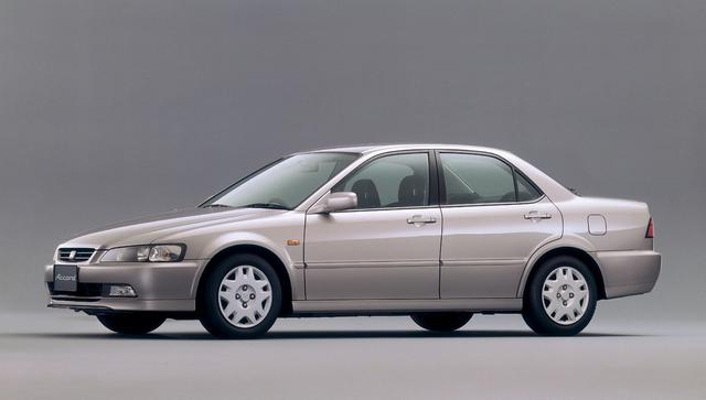 画像: 6代目となるアコードは従来モデルよりコンパクトで引き締まった印象になった。アメリカ仕様とは別の日本向けに仕立てられたためだ。ボディはセダンとステーションワゴンの2種、エンジンはVTECの1.8〜2.2Lまで4種を用意した。また、トルネオという兄弟車も登場している。