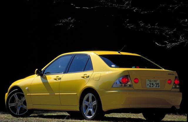 画像: コンパクトボディのFRスポーツセダンで、海外ではレクサスISの初代モデルとして販売された。サスペンションは4輪ダブルウイッシュボーンが奢られて、エンジンは2Lの直4と直6、3Lの直6があった。日本カー・オブ・ザ・イヤーを受賞するなど注目度は高かったが、量販には結びつかなかった。