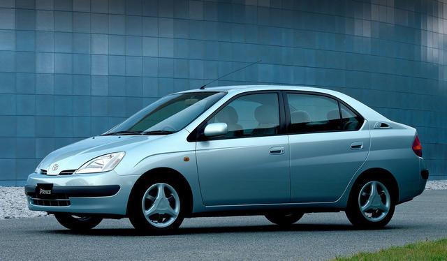 """画像: 「21世紀に間に合いました」というキャッチコピーとともに登場した初代プリウス。""""THS(Toyota Hybrid System)""""を搭載して、10・15モード燃費は当時としては驚異的と言える28km/Lを誇った。開発を担当したチーフエンジニアは現在トヨタ自動車代表取締役会長の内山田竹志だ。"""