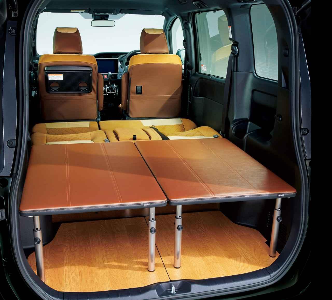 画像: オプションのマルチユースボードを使えば車中泊もできるし、車外ではテーブルにもなる。