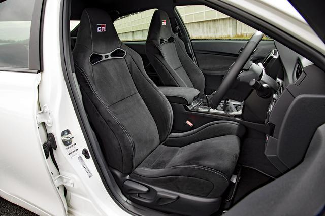 画像: 表皮にウルトラスエードを採用した専用スポーツシートも装着。