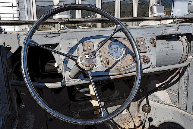 画像: シンプルなインパネ。ミッションは4速MT。右に楕円筒型のガソリンタンクが見える(Photo:MazKen)。