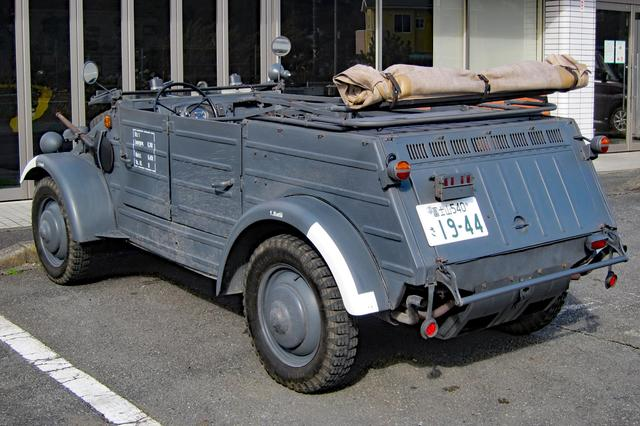 画像: サイドウインドーは、はめ込み式。巻き取り式のソフトトップも備わるが、軍用車両だからよほどの悪天候時以外に使用することはなかったはず。