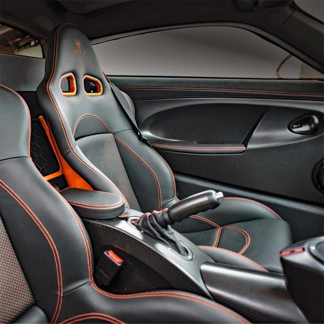 画像: サポートの良さそうなバケットシートにはボディ同色のステッチが入る。