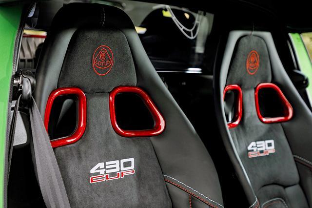 画像: カーボン製スポーツシートにはロータスのエンブレムと430CUPのロゴが入る。