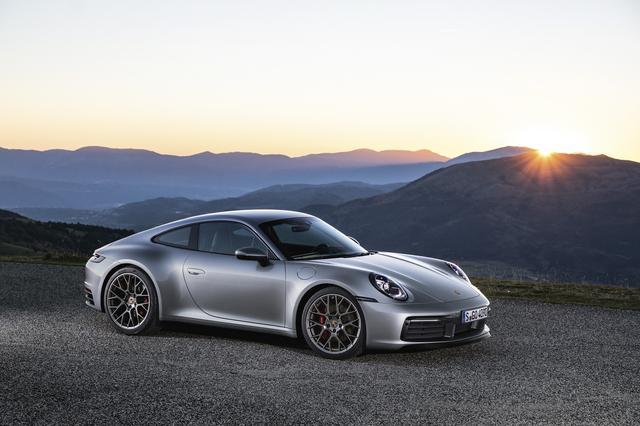 画像: 2018年11月のロサンジェルスショーでデビューした新型911(タイプ992)。ボディは45㎜ワイドになり、前20・後21インチのホイールを装着する。新機能として路面の水を感知するウェットモード、熱探知カメラを備えるナイトビジョンをプラス。新世代の水平対向6気筒ターボは最高出力450psを誇る。